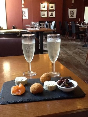 The White Swan Hotel: fizz and pre dinner canapes