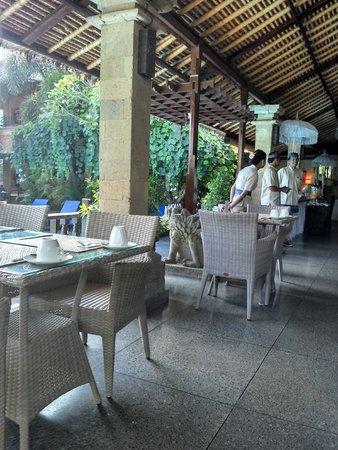 โรงแรมบาหลี อากุง วิลเลจ: Área do café da manhã