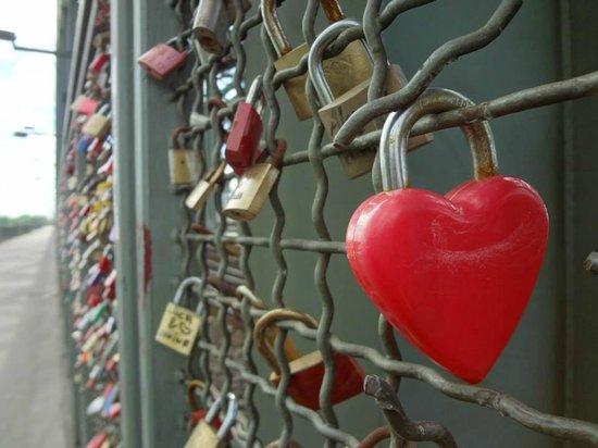 Hohenzollern Brücke: Love in Cologne