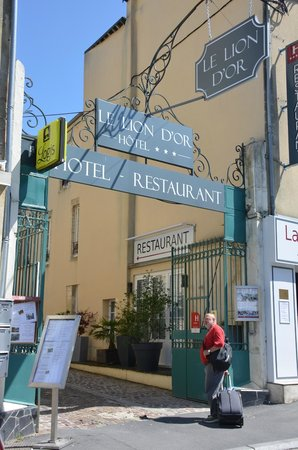 Le Lion d'Or : Entrance from the main road