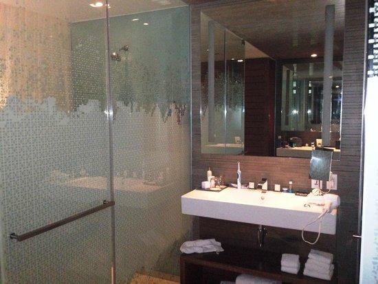 Secrets The Vine Cancún: shower