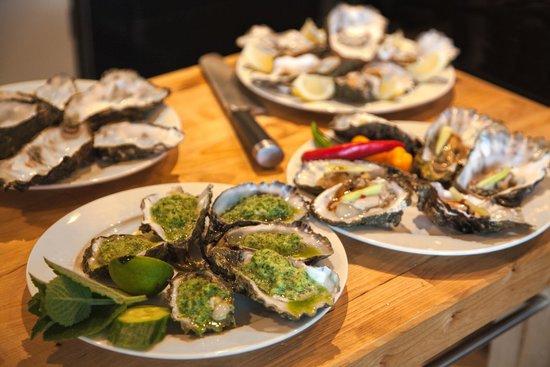 B&B De Postoari Terschelling: klaarmaken tijdens de workshop: oesters op 5 manieren