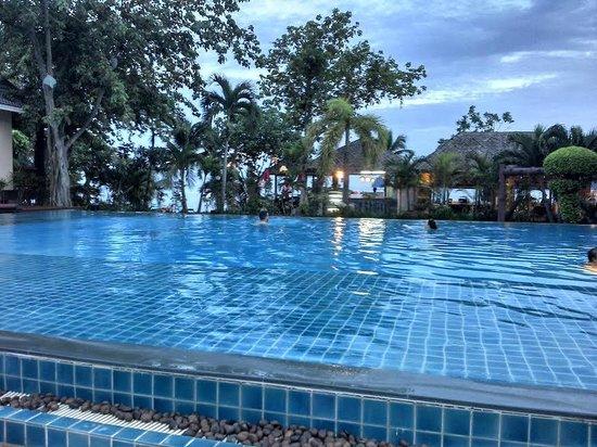 Phi Phi Villa Resort: Piscina com vista da praia