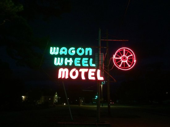 Wagon Wheel Motel : neon sign out front