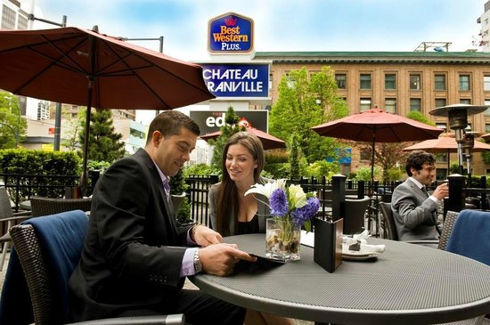 Best Western Plus Chateau Granville : The Edge Social Grille & Lounge Patio