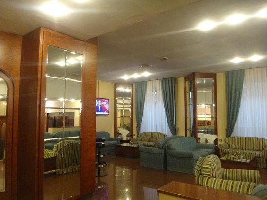 Soperga Hotel : Outro ângulo da sala de estar.