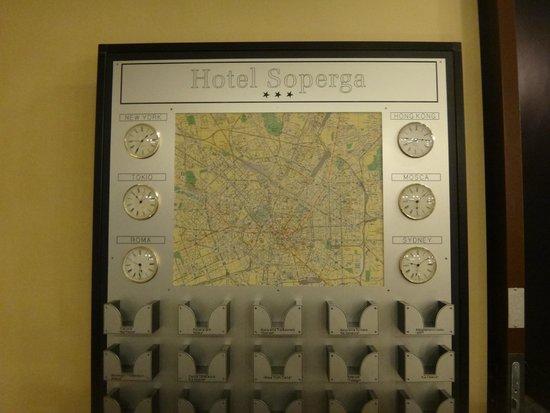 Soperga Hotel : Mapa com relógios e horários de várias localidades.