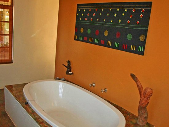 Madi a Thavha Mountain Lodge: Bath in 2-bedroom Limpopo house