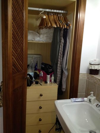 Hotel Sa Pedrissa: This is all the space you get to hang clothes