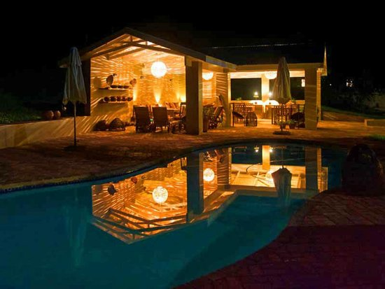 Madi a Thavha Mountain Lodge: Pool and lapa by night