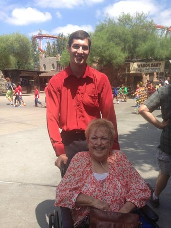 Knott's Berry Farm Resort Hotel: Michael (Knott's employee) helped us get mom to park