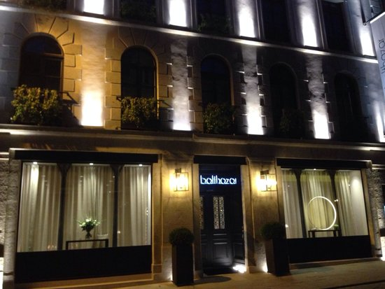 fa ade de l 39 h tel la nuit picture of balthazar hotel and spa mgallery rennes rennes. Black Bedroom Furniture Sets. Home Design Ideas