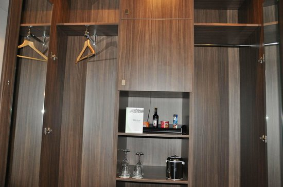 Hampshire Hotel - Rembrandt Square Amsterdam: Wardrobe with 1 hanger for two people.