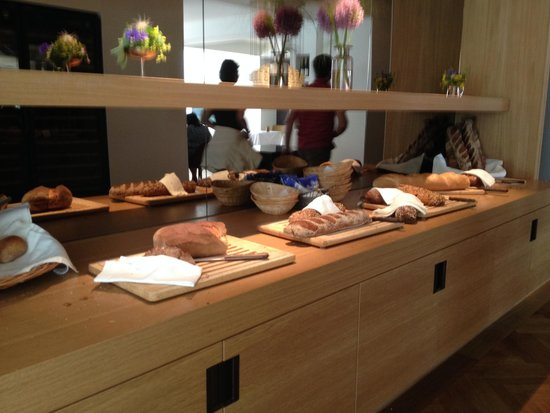 Parkhotel Bellevue: Amazing selection of bread for breakfast