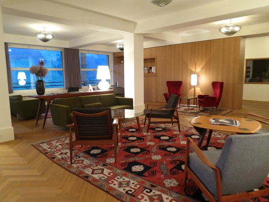Parkhotel Bellevue: Very comfy and warm sitting-area