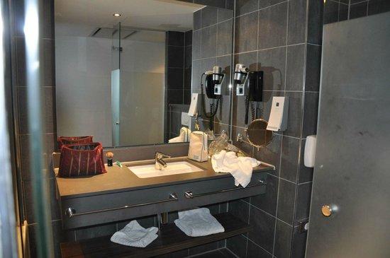 Hampshire Hotel - Rembrandt Square Amsterdam : Bathroom decor is modern