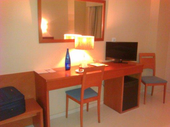 Hotel SantaMarta: Zona de escritorio y minibar