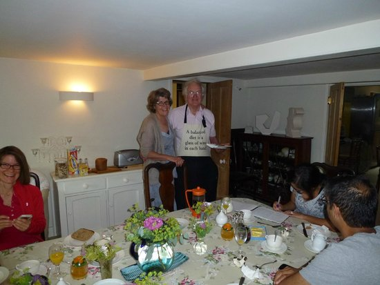 Bull Farm Oast Bed and Breakfast: Prue and Andy serving breakfast