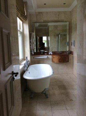 Kilronan Castle Estate & Spa: bathroom with roll top bath