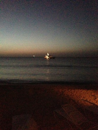 Carimar Beach Club : Evening Beach Shot