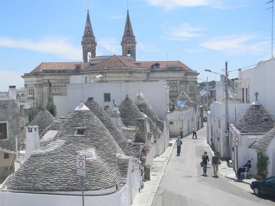 Vista parcial da cidade de Alberobello da janela do Trullo Sovrano.