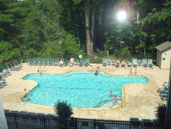 Wingate by Wyndham Lake George: piscine extérieur