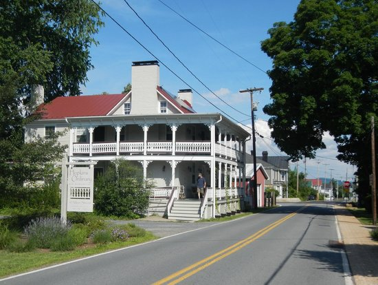 Hopkins Ordinary Bed & Breakfast : Good location in center of Sperryville, near shops and restraurants