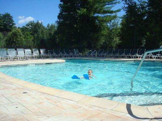 Wingate by Wyndham Lake George : piscine extérieur
