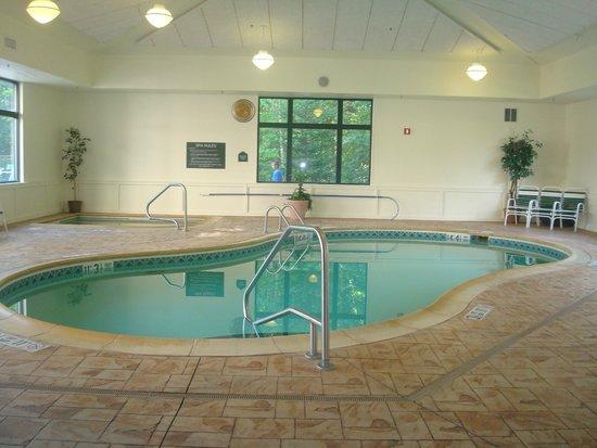 Wingate by Wyndham Lake George : piscine intérieur et bain tourbillon