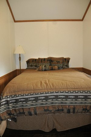 Gwin's Lodge and Restaurant: separate back bedroom with double bed. Plain but comfy