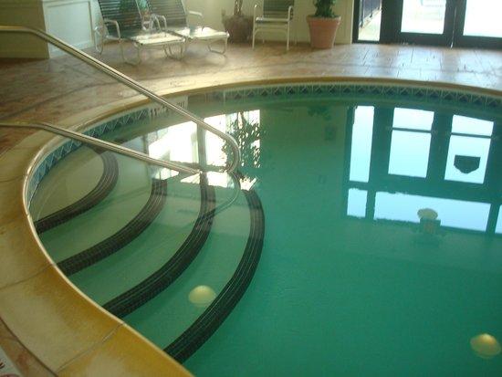 Wingate by Wyndham Lake George : piscine intérieur
