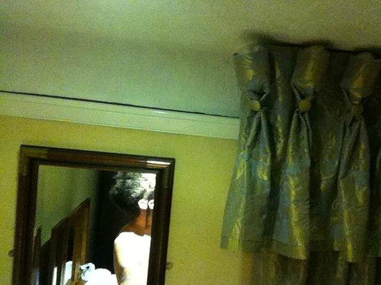 Exmoor White Horse Inn: peeling wall paper