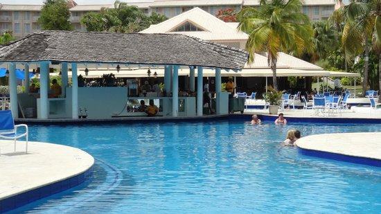 St. James's Club Morgan Bay: swim up bar
