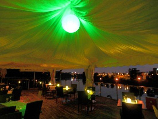 Greenyacht Hotel: Speisesaal auf dem Sonnendeck bei Abendbeleuchtung