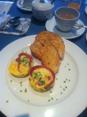 Sixteen Guesthouse on Main: Breakfast