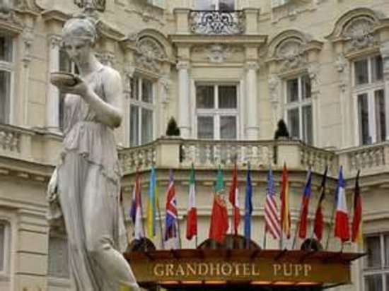 Grandhotel Pupp: 飯店正門國旗區
