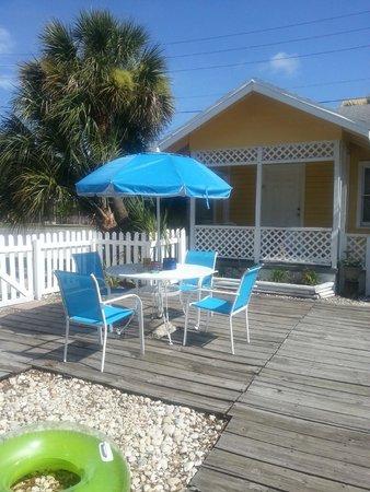 Sunshine Cozy Cottages: Deck outside our cottage