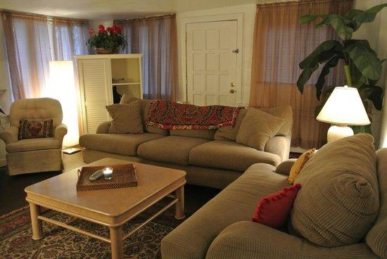 Sunshine Cozy Cottages: Cottage #16 living room