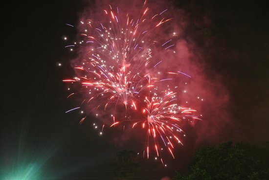 Sunshine Cozy Cottages: We sat on the deck and saw fireworks all around us on the 4th of July