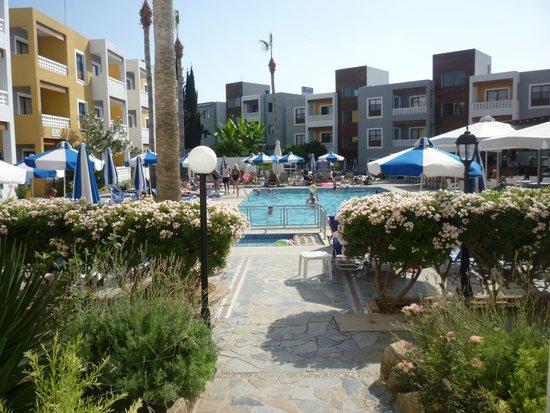 Damon Hotel Apartments: plenty of sunbes on the pool area