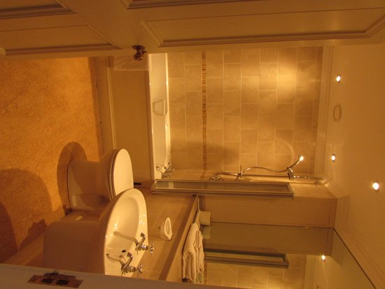 Stoke Rochford Hall: lovely bathroom