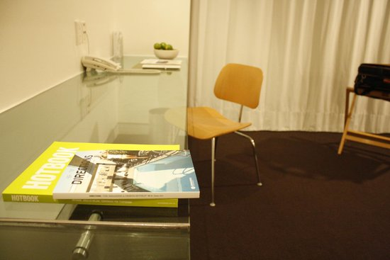 Hotel Habita : Big Glass Desk