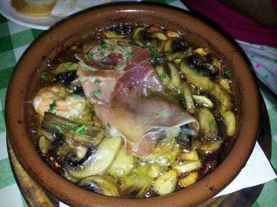 Pincha Cabra Tapas Bar: Casseruola gamberi funghi e prosciutto crudo