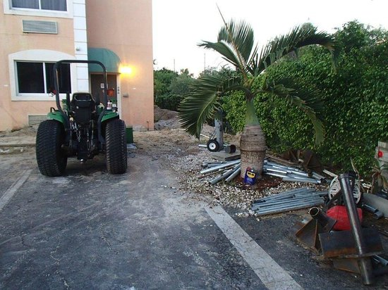 Days Inn & Suites Bonita Springs North Naples: Construction vehicle