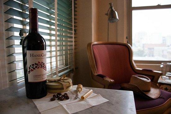Hotel Carlton, a Joie de Vivre hotel: A good wine in a pretty room!