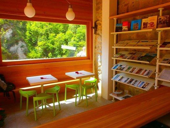 Fregona, Italia: il punto informazioni Pro Loco presso le Grotte