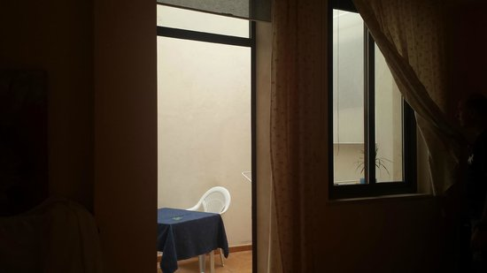 Il Casale : Finestre camera su cortile