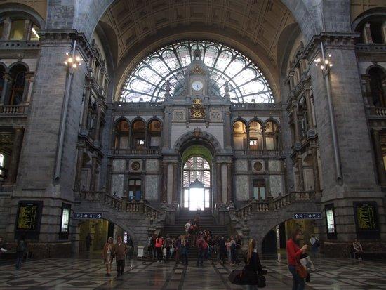 Central Station: Дворцовый интерьер вокзала.