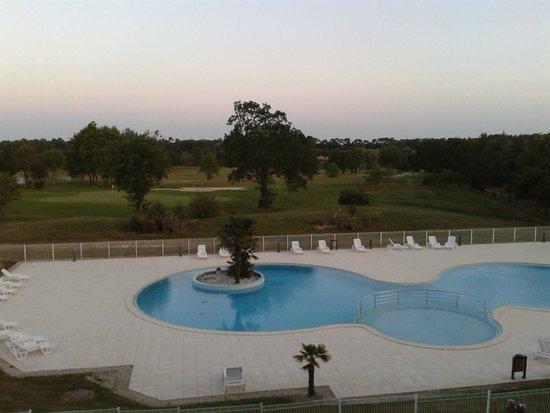 Madame Vacances Résidence Les Fontenelles : Vue sur la piscine et le golf