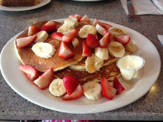 Gee Whiz Restaurant: Pancakes with Strawberry and Banana